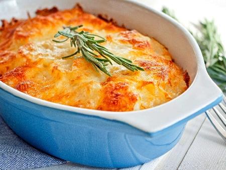 Огретен с картофи, синьо сирене, чедър, козе сирене, течна сметана и яйца - снимка на рецептата